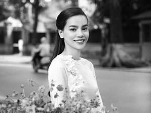Hồ Ngọc Hà mặc áo dài trắng thăm lại phố phường Hà Nội
