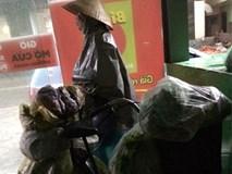 2 câu chuyện trái ngược trên phố Hà Nội trong ngày mưa bão