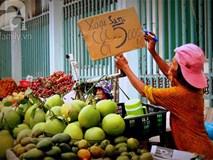 Trái cây đủ loại đổ đống lề đường rẻ như cho vẫn ế ẩm vì bà nội trợ e dè hàng Trung Quốc