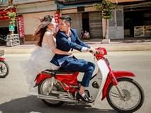Ảnh cưới không đội mũ bảo hiểm bên dàn xe Dream gây bất bình