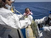 Khoảnh khắc kỳ diệu: Mẹ sinh con trên chiếc thuyền đông nghẹt người di cư