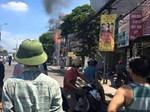 Cột điện bốc cháy, nổ như pháo hoa ở Hà Nội-1