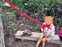 Bé trai 4 tuổi bị gia đình buộc cổ vào cây vì ham chơi