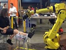 Robot đầu tiên xăm cho người