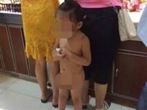 Mẹ mặc đồ sành điệu đưa con gái trần truồng đi mua sắm bị dân mạng ném đá kịch liệt