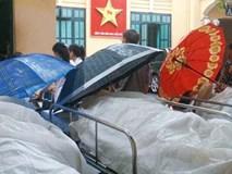 Xót xa hình ảnh phủ nilong, che ô tránh nước mưa cho bệnh nhân chờ mổ ở BV Việt Đức