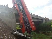 Xe khách cắm đầu xuống sông, 1 người chết, 10 người bị thương