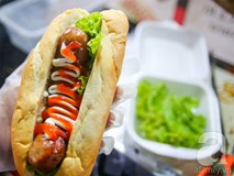 Xe xúc xích, hamburger lề đường cực đắt khách của cặp