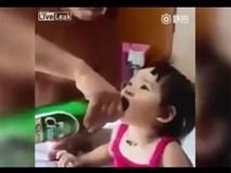 Không dỗ được con gái, ông bố ép con uống bia đến say gây phẫn nộ