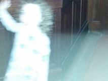 Bóng ma cô gái nhỏ xuất hiện trong bức ảnh gây xôn xao