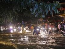 Mưa lớn, nhiều tuyến đường ở Sài Gòn ngập nặng, giao thông hỗn loạn