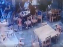 Clip: Nhóm côn đồ lao vào đạp phá quán ăn