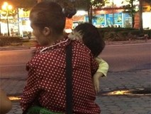 Sự thật sau những em bé ngủ mê mệt trên lưng mẹ đi bán hàng rong