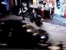 Clip: Rùng mình xe điên Camry đâm, kéo lê xe máy hơn 3km