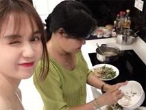Ngọc Trinh tình cảm vào bếp với mẹ kế