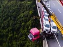 Rụng tim clip xe tải mất lái, lao đầu sát mép vực sâu 150m