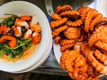 Độc đáo quán bún riêu mỗi ngày bán hết 20kg... bạch tuộc ở Sài Gòn