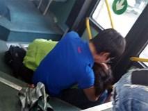 """Phản cảm đôi nam nữ """"âu yếm"""" nhau trên xe buýt"""