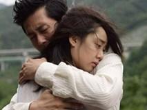 Vợ chồng ôm nhau khóc nức nở trước ngày ly hôn
