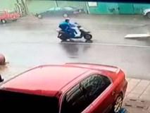 Clip: Thoát chết trong gang tấc khi ra đường lúc siêu bão đổ bộ