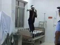 Clip thanh niên nghi ngáo đá quậy trong bệnh viện Móng Cái