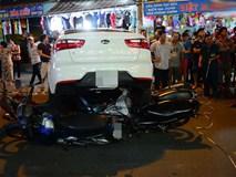 """Clip: Hàng chục người Sài Gòn hợp sức đẩy ô tô """"điên"""" để cứu nạn nhân dưới gầm xe"""
