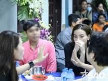 Người đàn ông liên tục selfie khiến Hà Hồ và các nghệ sĩ bối rối khi đến viếng Minh Thuận