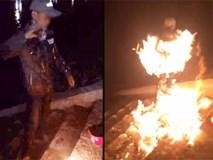 """Clip nam thanh niên tự tẩm xăng đốt mình bị """"ném gạch đá"""" không thương tiếc"""