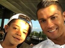 Ronaldo khoe con trai sún răng