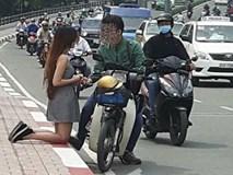 Cô gái quỳ gối xin lỗi ngay giữa phố khiến dân mạng nhức mắt