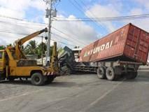 Xe container tông xe khách khiến 2 người tử vong