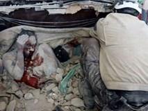 Ám ảnh bức hình người mẹ chết tay vẫn ôm chặt đứa con mới sinh sau trận không kích