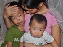 Quặn lòng cảnh mẹ ôm 2 con khóc thương chồng không có tiền đi viện