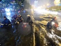 Clip: Đường phố Sài Gòn nước chảy xiết như suối đẩy trôi cả xe máy khiến ai cũng rùng mình