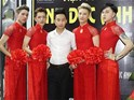 4 anh chàng mặc áo dài đỏ làm lễ tân ở Hà Nội gây tranh cãi