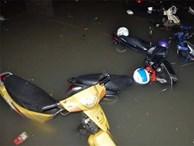Sau trận mưa lớn lịch sử, dân vẫn khổ sở chờ 'cứu' xe máy bị ngập sâu
