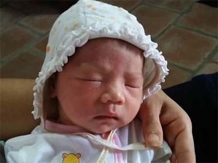 Bé gái sơ sinh bị bỏ rơi cùng phong bì chứa mấy trăm ngàn trước sân chùa