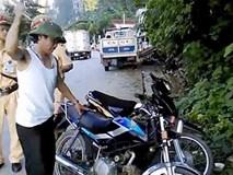 Xin cảnh sát bất thành, lái xe 'ăn vạ' đập nát xe mình