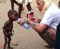 Cuộc sống mới của cậu bé 2 tuổi đói khát trong bức ảnh gây chấn động thế giới