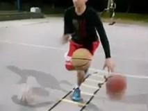 """""""Dị nhân"""" bóng rổ dắt và lên rổ một lúc 3 bóng"""