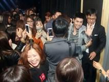 Là ca sĩ Việt đầu tiên tổ chức họp fan ở Hàn, Noo Phước Thịnh được hàng trăm khán giả vây kín ủng hộ