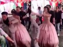 """Cô dâu chú rể bị """"ném đá"""" vì nhảy cực sung trong đám cưới"""