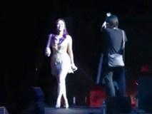 """Clip: Bất ngờ khi Mỹ Tâm tự nhiên thay trang phục sexy trên sân khấu rồi nhảy """"bốc lửa"""""""