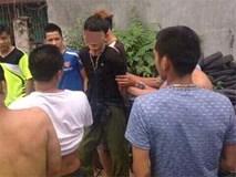 """Hai thanh niên bị cả chục người vây đánh vì nghi """"bắt cóc trẻ em"""""""