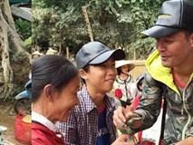 MC Phan Anh mua băng vệ sinh cho phụ nữ vùng lũ