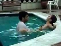"""Nhức mắt cảnh cặp đôi vô tư làm """"chuyện ấy"""" trong bể bơi giữa bàn dân thiên hạ"""