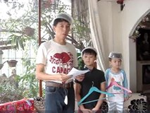 Cười không thở nổi với diễn văn mừng sinh nhật mẹ của 3 bố con