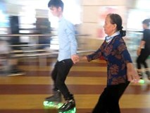 Cụ bà 80 tuổi lướt patin điêu luyện gây bão cộng đồng mạng