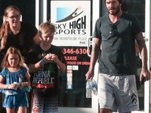 Harper xuất hiện mũm mĩm bên bố và các anh trai
