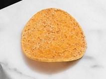 Cận cảnh miếng bim bim khoai tây giá 250.000 đồng một miếng